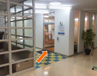通路を深浦内科さん方面に進むと当院がございます。