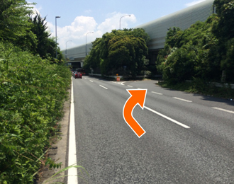 左折検見川の案内標識が見えましたら通過し次の分岐を右折してください。