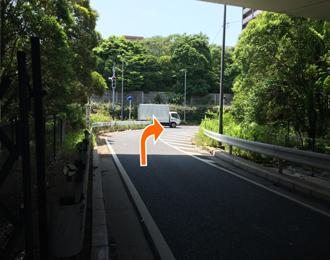 右折しましたUターンするように再度右折し一旦東京方面に戻るように進みます。