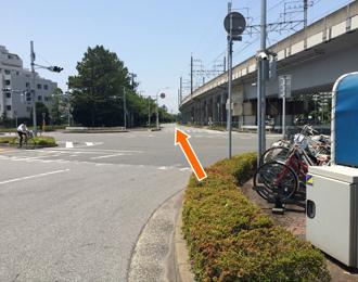 JR京葉線と並行する道を稲毛海岸側から東京方面側に直進します。