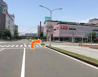右前方にショッピングセンターピアが見える交差点を右折します。