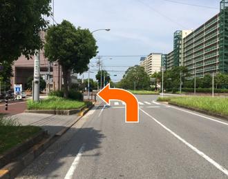 (4)右折しましたらそのまま直進し左に美浜郵便局ローソンがある交差点を左折します。