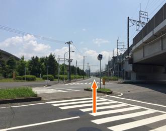JR京葉線と並行する道路を海浜幕張方面から検見川浜方面に向かって直進します。